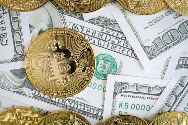 Bitcoin kryptowaluta złote monety i banknot dolarowy w tle