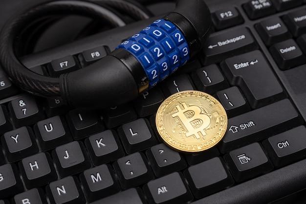 Bitcoin kryptowalutowy z blokadą na klawiaturze. bezpieczeństwo bitcoina.