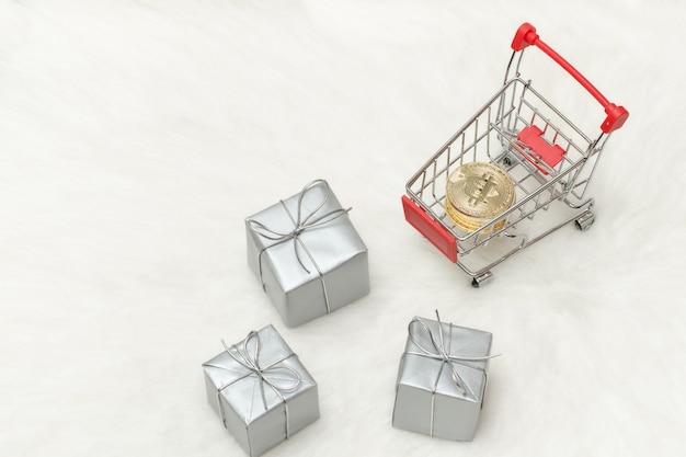 Bitcoin monety w koszyku i prezentach. białe tło