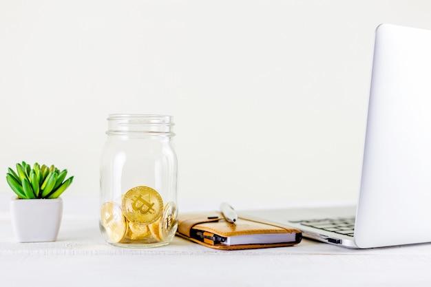 Bitcoin monety złota moneta w szklanym słoju na drewnianym stole
