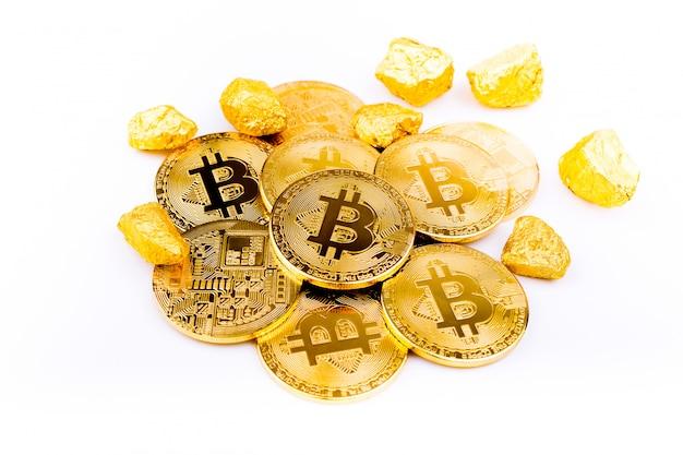 Bitcoin monety złote monety, stos bitcoin cryptocurrencies na białym tle,