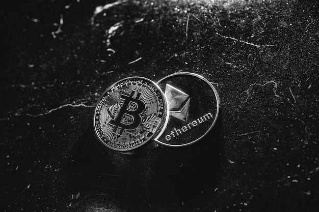Bitcoin na ciemnym tle. ceny ethereum i bitcoin rosną i spadają. wielka wartość kryptowaluty na rynku ekonomicznym. handel - nowe możliwości bitcoin.