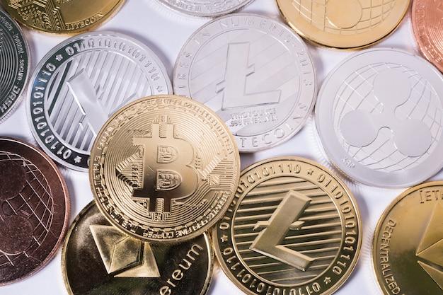 Bitcoin na innych monetach. koncepcja wirtualnej kryptowaluty.