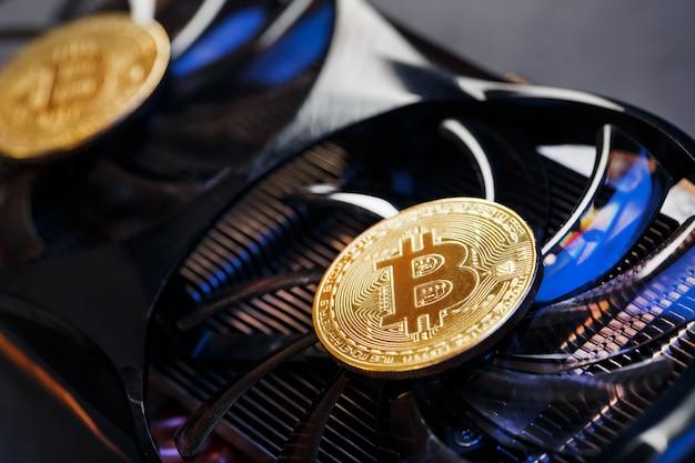 Bitcoin na karcie graficznej z niebieskim neonowym światłem na ciemnej powierzchni