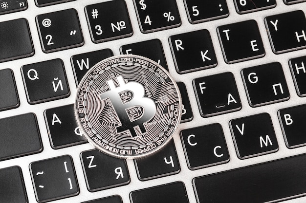 Bitcoin na klawiaturze laptopa