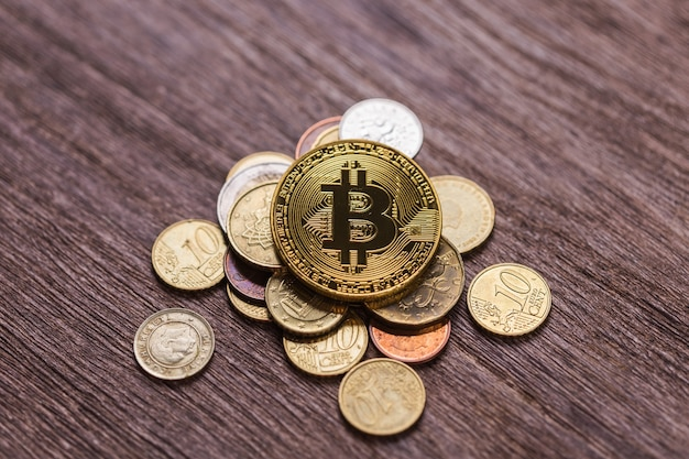 Bitcoin na monetach różnych krajów. cyfrowy system płatności. cyfrowe pieniądze na kryptowalutę