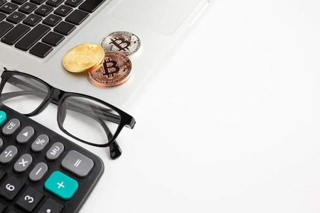 Bitcoin siedzi na laptopie z kopiowaniem miejsca