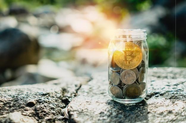 Bitcoin słoik pełen monet i banknotów oznacza oszczędność inwestycji dzięki sieci fintech z cyfrowymi pieniędzmi z kryptowalutą. technologia biznesowa.