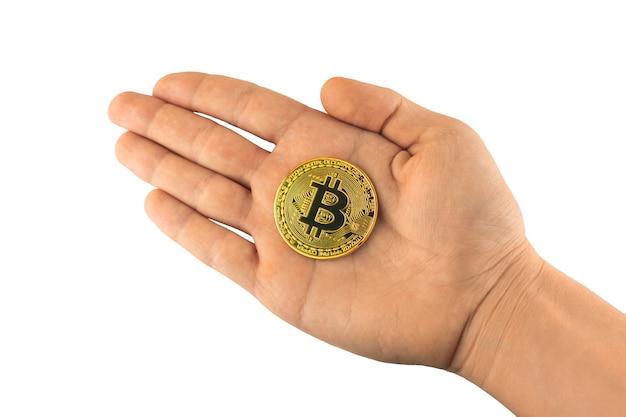 Bitcoin w ręku na białym tle, kryptowaluta w męskiej dłoni
