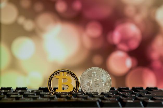 Bitcoin waluty na klawiaturze komputera na tle bokee. koncepcja wirtualnej kryptowaluty.