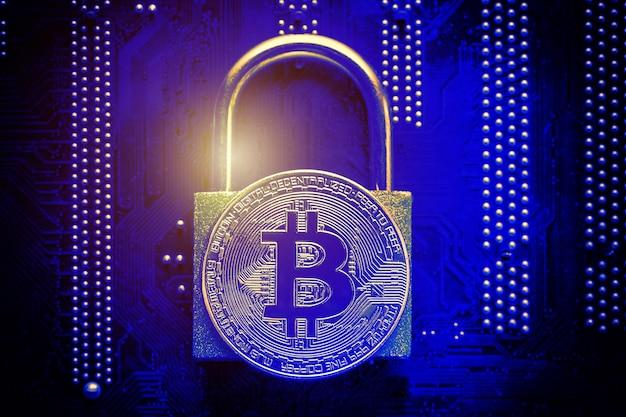 Bitcoin z kłódką na płycie głównej komputera.