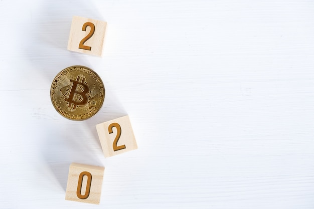 Bitcoin z liczbami na drewnianych kostkach