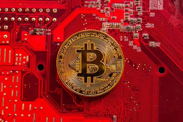 Bitcoin z mikroukładami na płytce drukowanej, wirtualna kryptowaluta, mining golden, technologia blockchain.