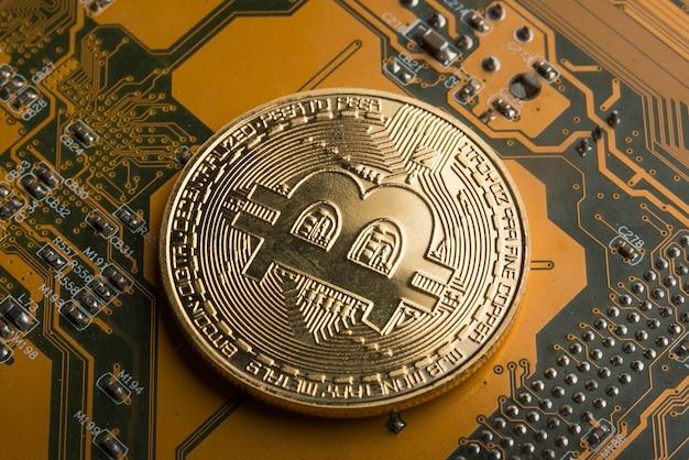 Bitcoin złota moneta na płycie głównej