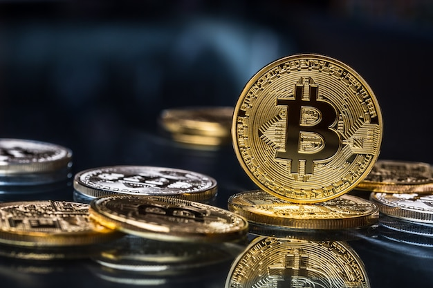 Bitcoin. złote i srebrne bitcoiny - wirtualna kryptowaluta.