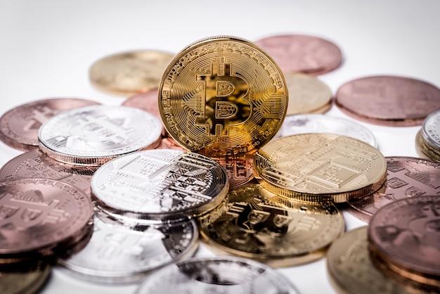 Bitcoin. złoty bitcoin odizolowywający na białym tle.