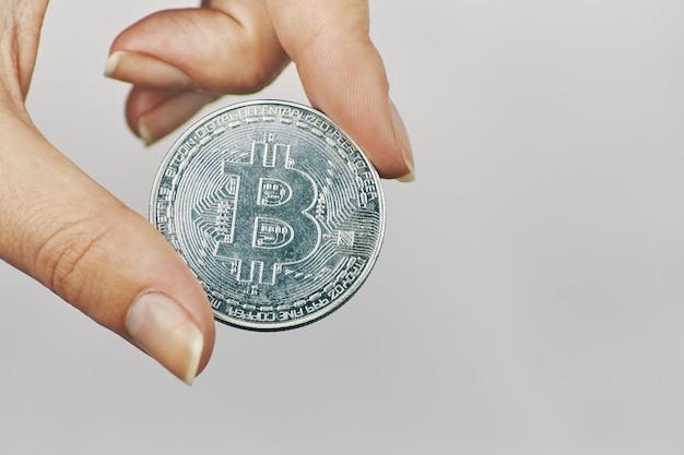 Bitcoinowa moneta w ręku