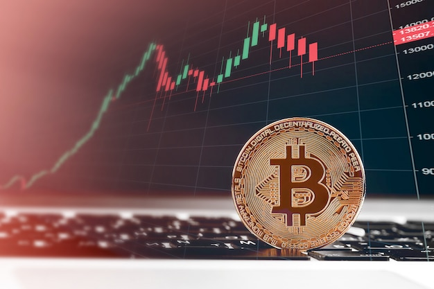 Bitcoiny i nowa koncepcja wirtualnych pieniędzy. złote bitcoiny ze świecą trzymać wykres wykres i cyfrowe tło
