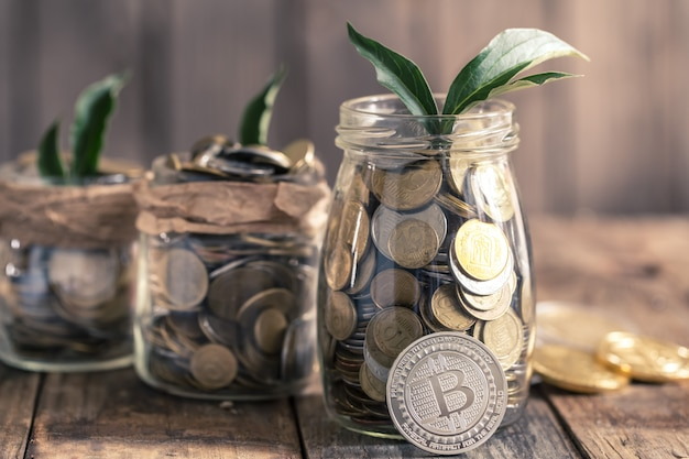 Bitcoiny i słoiki z monetami