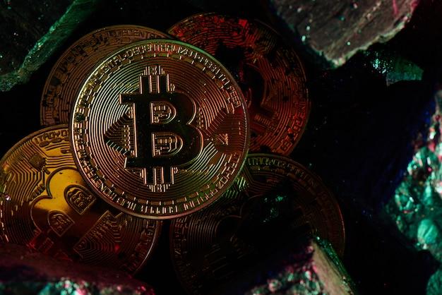 Bitcoiny na czarnym tle węgla