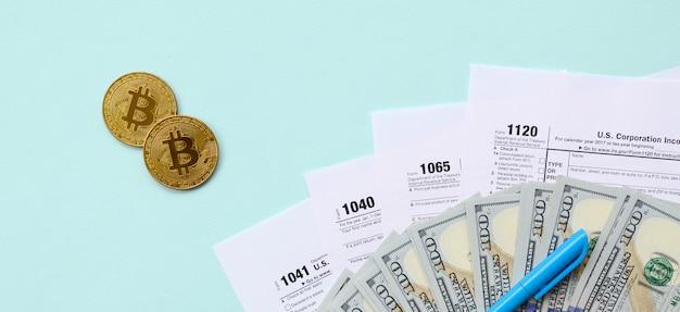 Bitcoiny składają się z formularzy podatkowych i banknotów dolarowych