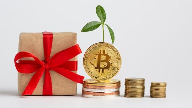 Bitcoiny układają się obok prezentu
