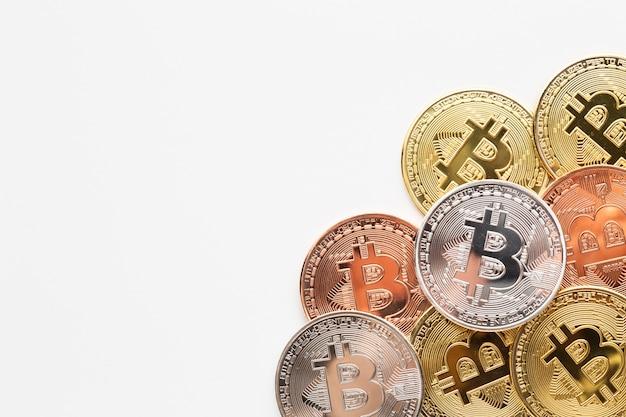 Bitcoiny z kopią w różnych kolorach