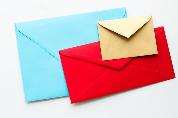 Biuletyn komunikacyjny i koperty z koncepcjami biznesowymi na marmurowej wiadomości w tle