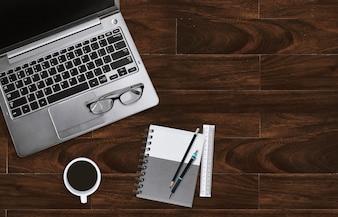Biurka domowego biura z laptopa z okularów i notebooków z miejsca kopiowania.
