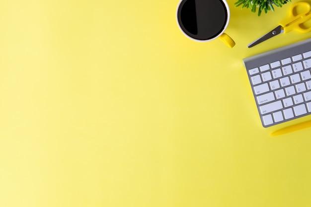 Biurka z klawiatury komputera, notatnik, długopis, kawy i roślin dekoracji