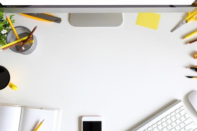 Biurka z klawiatury komputera, smartphone, kawy, notatnik i ołówek