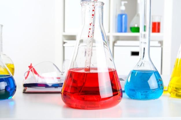 Biurko aptekarza w laboratorium. naukowiec w miejscu pracy w laboratorium