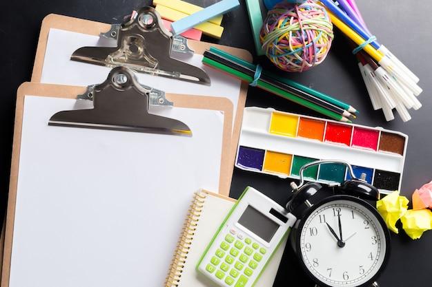 Biurko artysty z dużą ilością przedmiotów piśmiennych