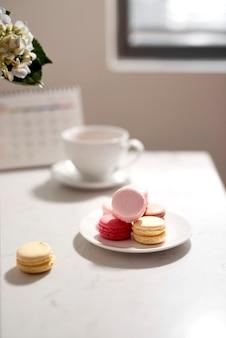 Biurko biurkowe. kobieca ramka na biurko z kalendarzem, pamiętnikiem, bukietem hortensji, makaronikiem i kawą na białym tle