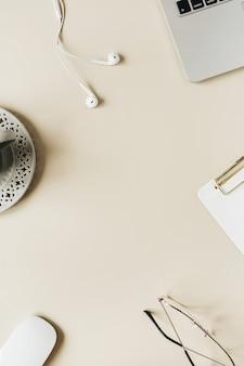 Biurko biurowe w domu z okrągłą ramą