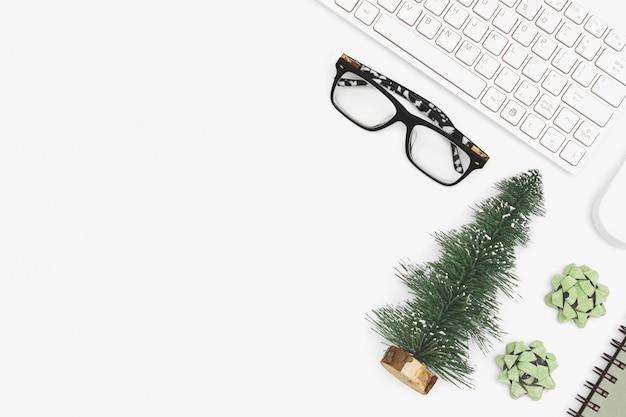 Biurko Biurowe Wesołych świąt I Szczęśliwego Nowego Roku. Premium Zdjęcia