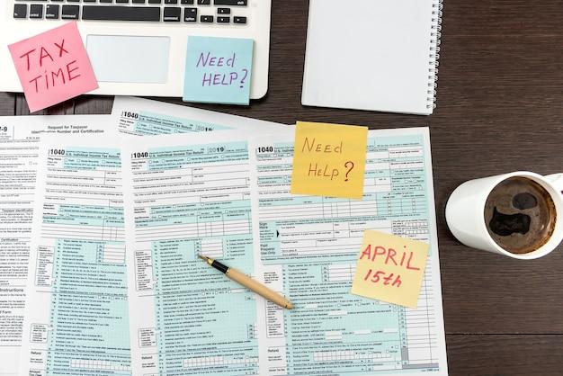 Biurko, czas na przerwę na kawę z formularzem podatkowym