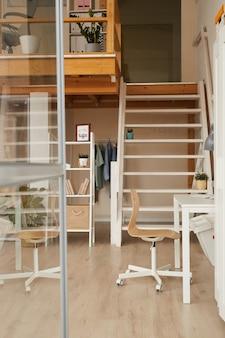 Biurko do biura domowego w nowoczesnym minimalistycznym stylu z drewnianym wystrojem