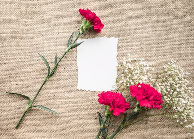 Biurko do biura domowego z papierem, bukiet kwiatów na worze
