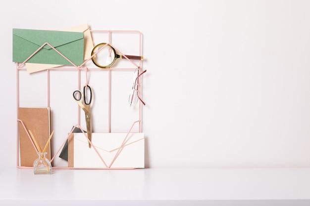 Biurko do domowego biura. nowoczesne białe miejsce pracy. pomysł na biznes.