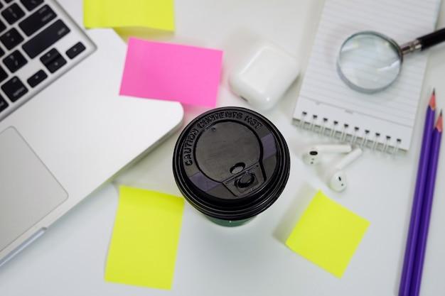 Biurko do pracy kawa laptop i notatki