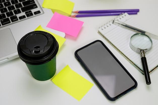 Biurko do pracy telefon do kawy laptop i notatki