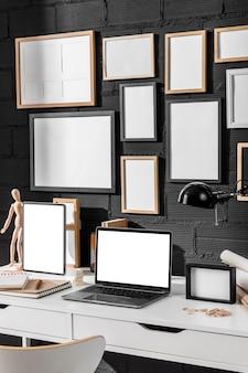 Biurko do pracy z laptopem i lampką