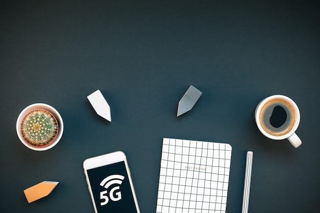 Biurko do pracy ze smartfonem 5g i filiżanką kawy