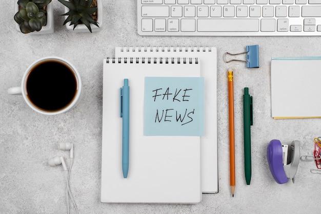 Biurko dziennikarza fałszywe wiadomości leżały płaskie