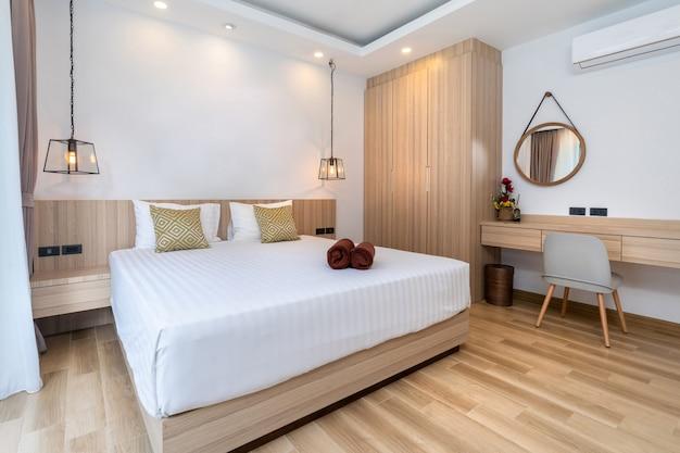 Biurko i watolina w nowoczesnej sypialni typu queen size