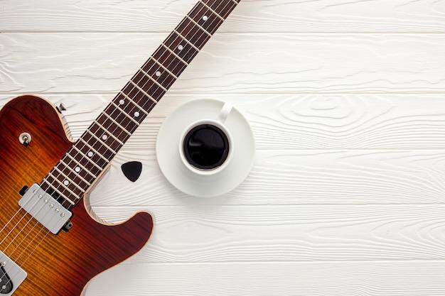 Biurko muzykalne do pracy autorki tekstów ze słuchawkami i gitarą