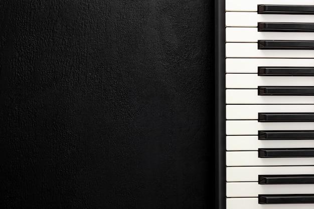 Biurko muzykalne do pracy kompozytora ze słuchawkami i syntezatorem