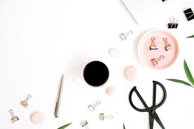 Biurko na biurko z widokiem z góry na płasko. obszar roboczy z laptopem, filiżanką kawy, nożyczkami i klipsami na białym tle.