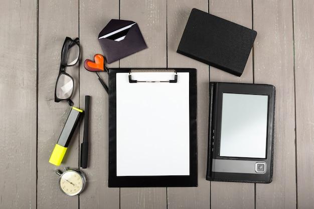 Biurko na biurko z zestawem materiałów eksploatacyjnych